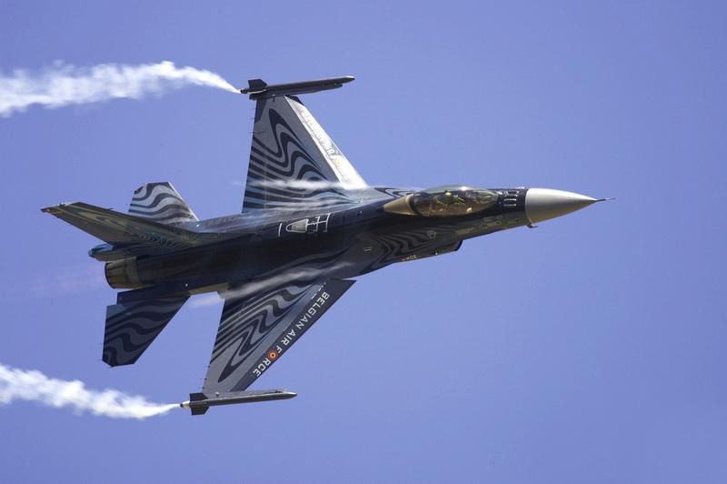 """Von Hause aus, also seitens der Hersteller, werden Militärflugzeuge gerne mit Stärke und Kraft suggerierenden Zusatzbezeichnungen versehen. Da macht General Dynamics  F-16 """"Fighting Falcon"""" keine Ausnahme. Der Kampffalke ist in 25 Staaten im Einsatz. Bislang wurden 4.500 Stück davon gebaut. Foto: Wolfgang Block"""