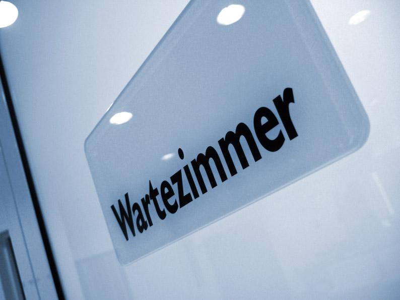 Wartezimmer-Schild-_R_K_B_by_RainerSturm_pixelio.de