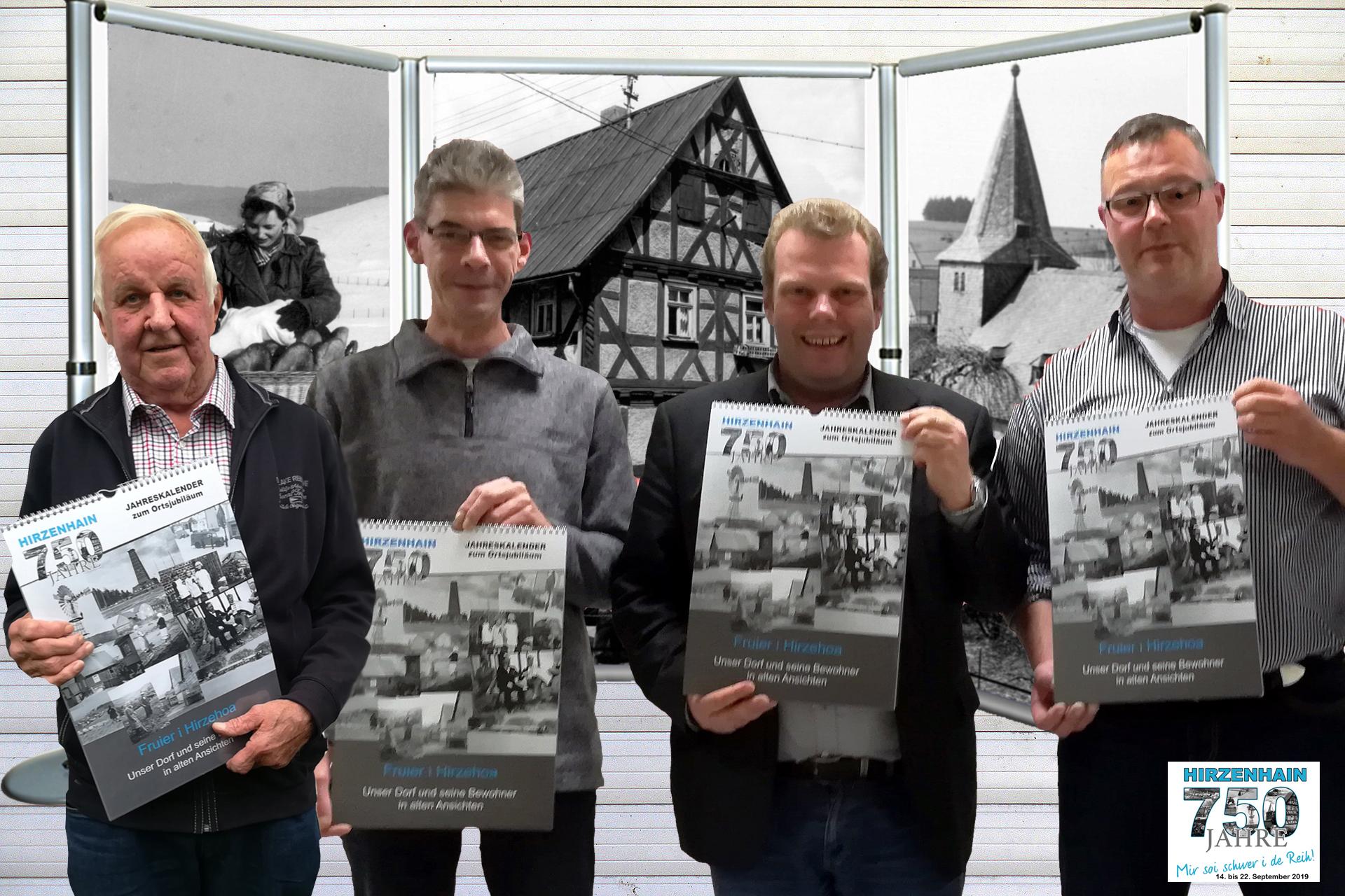 Ortsvorsteher Heiner Baum (rechts) und sein Stellvertreter Thomas Bieber (zweiter von links) überreichten das erste Exemplar des Historischen Ortskalenders an Bürgermeister  Götz Konrad (zweiter von rechts). Dass das Projekt zustande kam, ist das Verdienst von Helmut Götzl (links). Er pflegt und verwaltet das Erbe seines Vaters, des 1992 verstorbenen Ortsfotografen Josef Götzl.